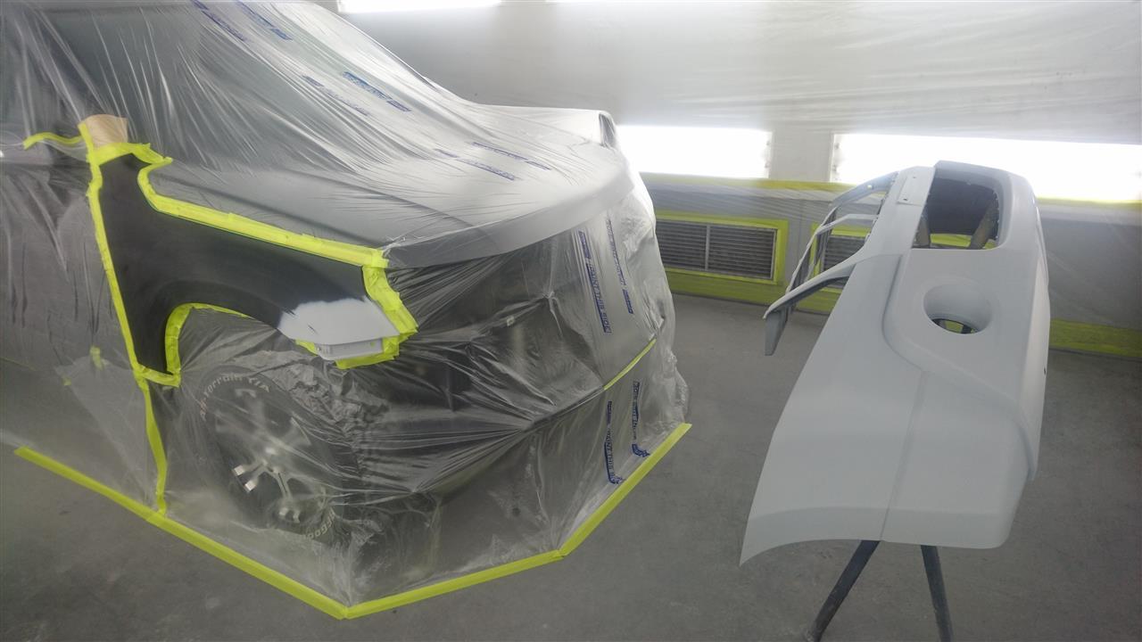 立川市の車の板金塗装修理工場 ガレージローライドのスズキ エスクードのフロントフェンダ等のキズ へこみ の板金 修理 塗装 です。