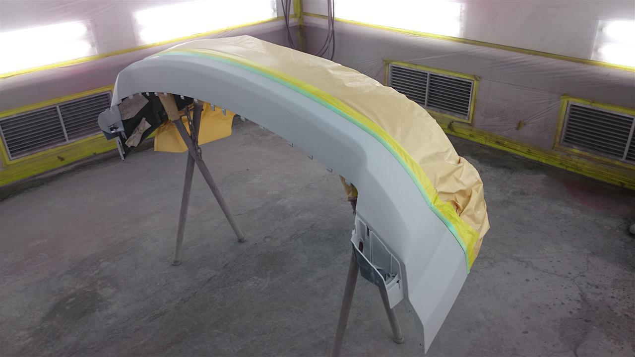 立川市の車の板金塗装修理工場 ガレージローライドのクライスラージープ パトリオットの前まわりのキズ へこみ の板金 修理 塗装 です。