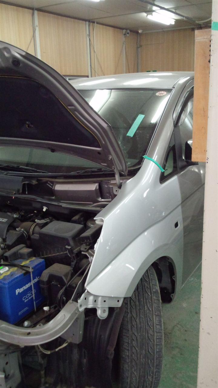 東京都立川市の車の板金塗装修理工場 ガレージローライドのトヨタ アイシスの左前部のキズ へこみ の板金 修理 塗装 です。