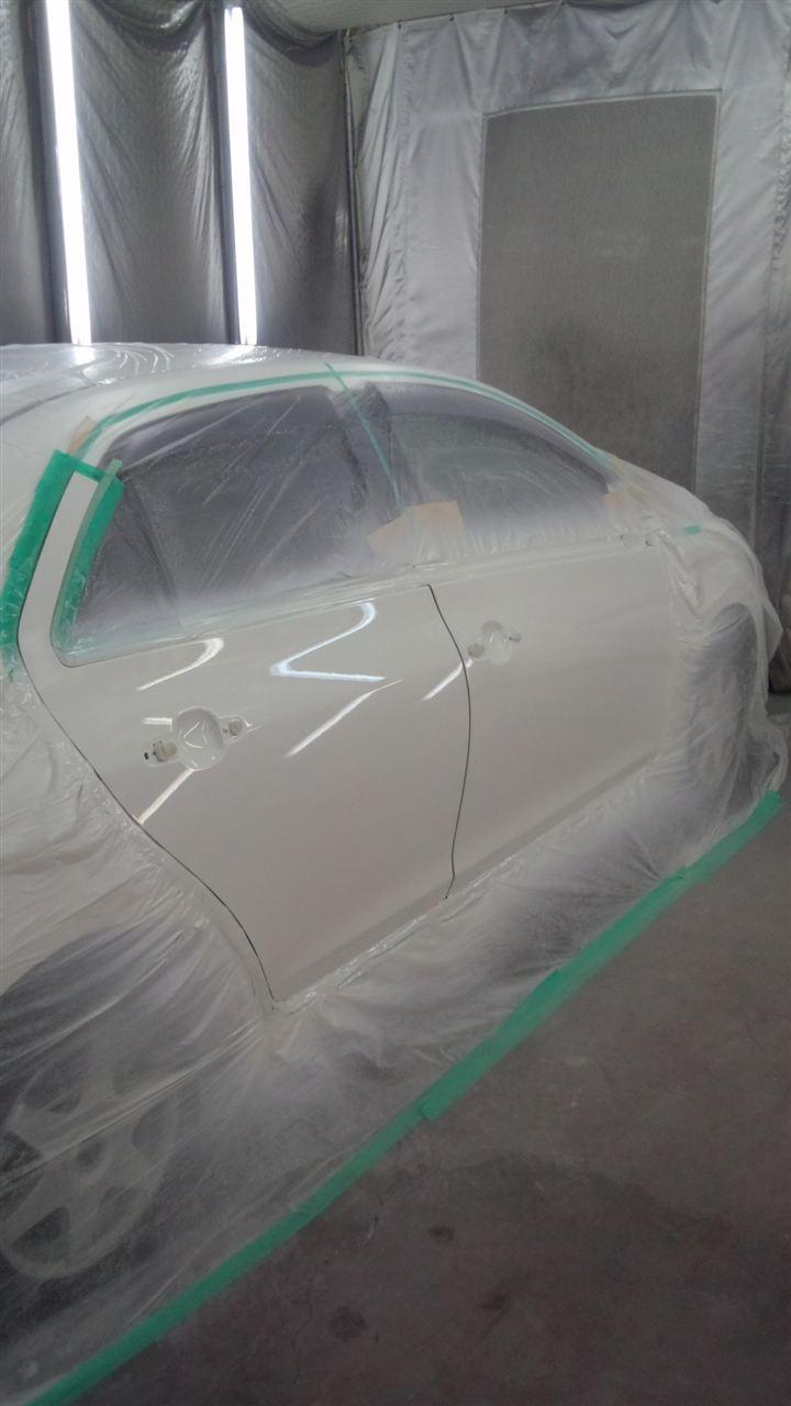 東京都立川市の車の板金塗装修理工場 ガレージローライドのトヨタ ベルタ の右前後ドアのキズ へこみ の板金 修理 塗装 です。