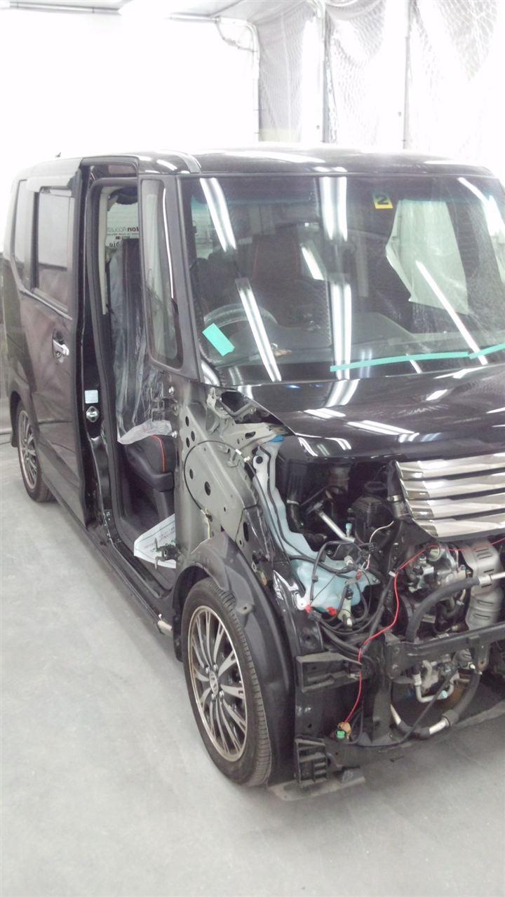 東京都立川市の車の板金塗装修理工場 ガレージローライドのホンダ N-Boxの右前部のキズ へこみ の板金 修理 塗装 です。