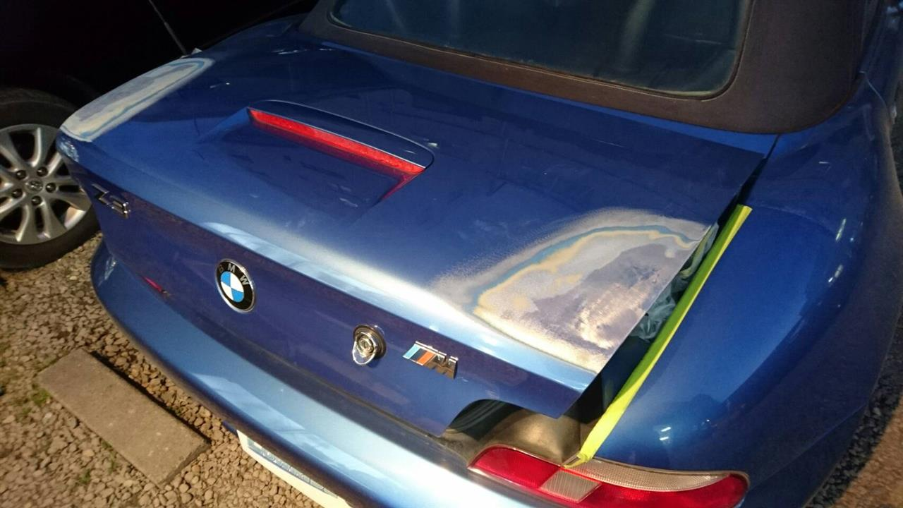 立川市の車の板金塗装修理工場 ガレージローライドのBMW Z3のトランクパネルのキズ へこみ の板金 修理 塗装 です