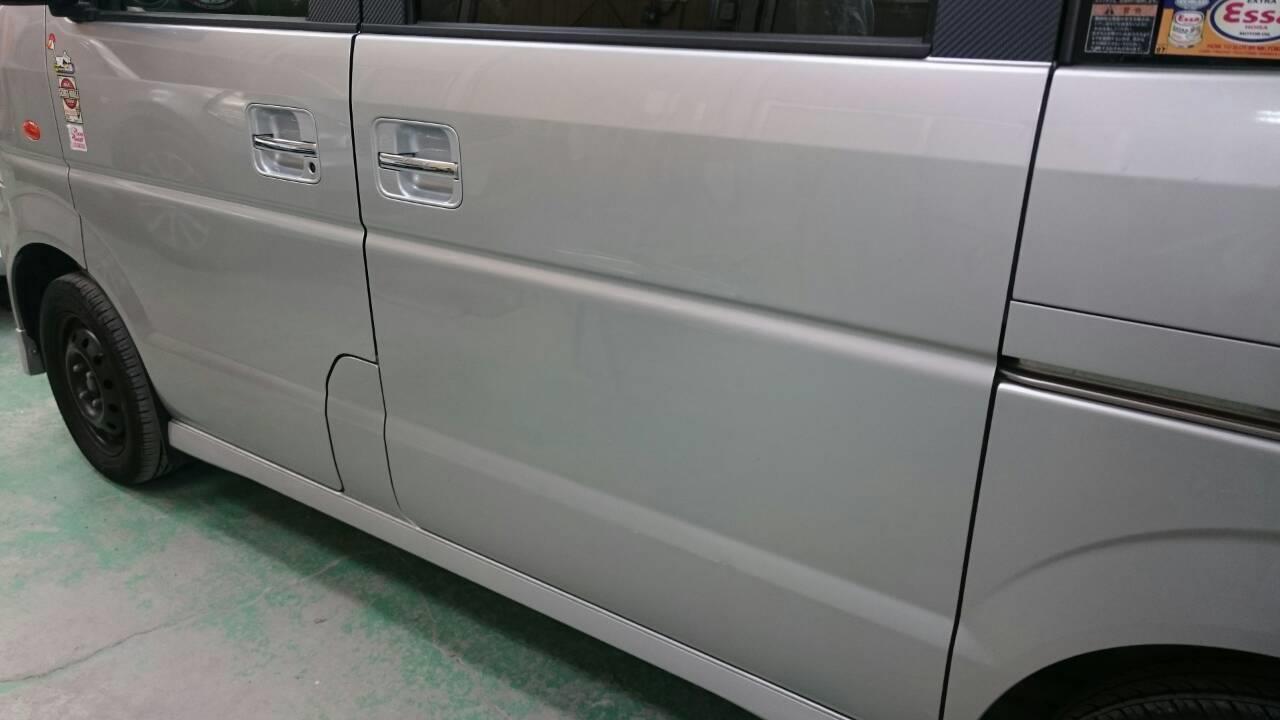 東京都立川市の車の板金塗装修理工場 ガレージローライドのスズキ エブリィの左側面のキズ へこみ の板金 修理 塗装 です。