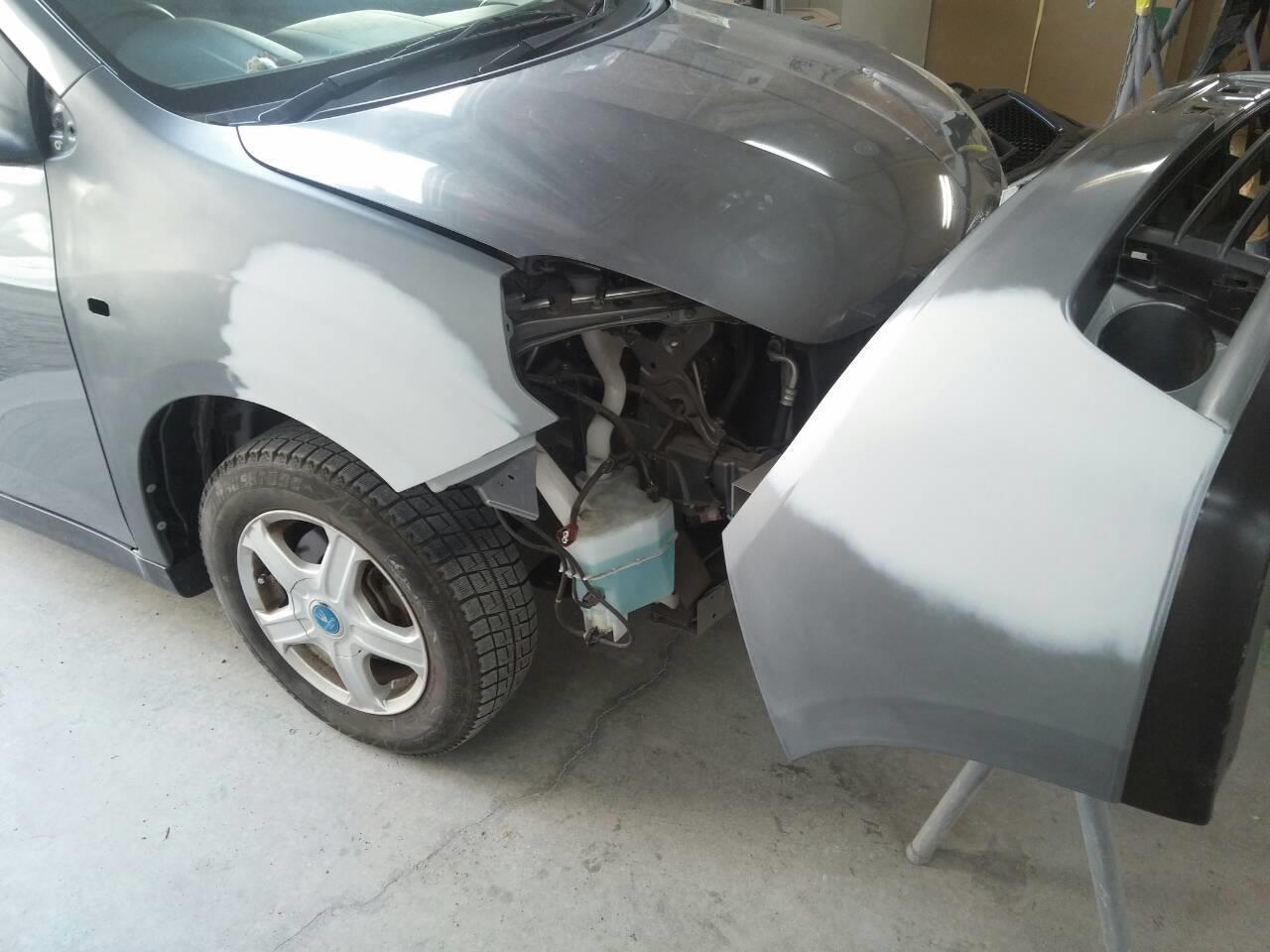 東京都立川市の車の板金塗装修理工場 ガレージローライドの日産 ウイングロードの右フロントフェンダー等のキズ へこみ の板金 修理 塗装 です。