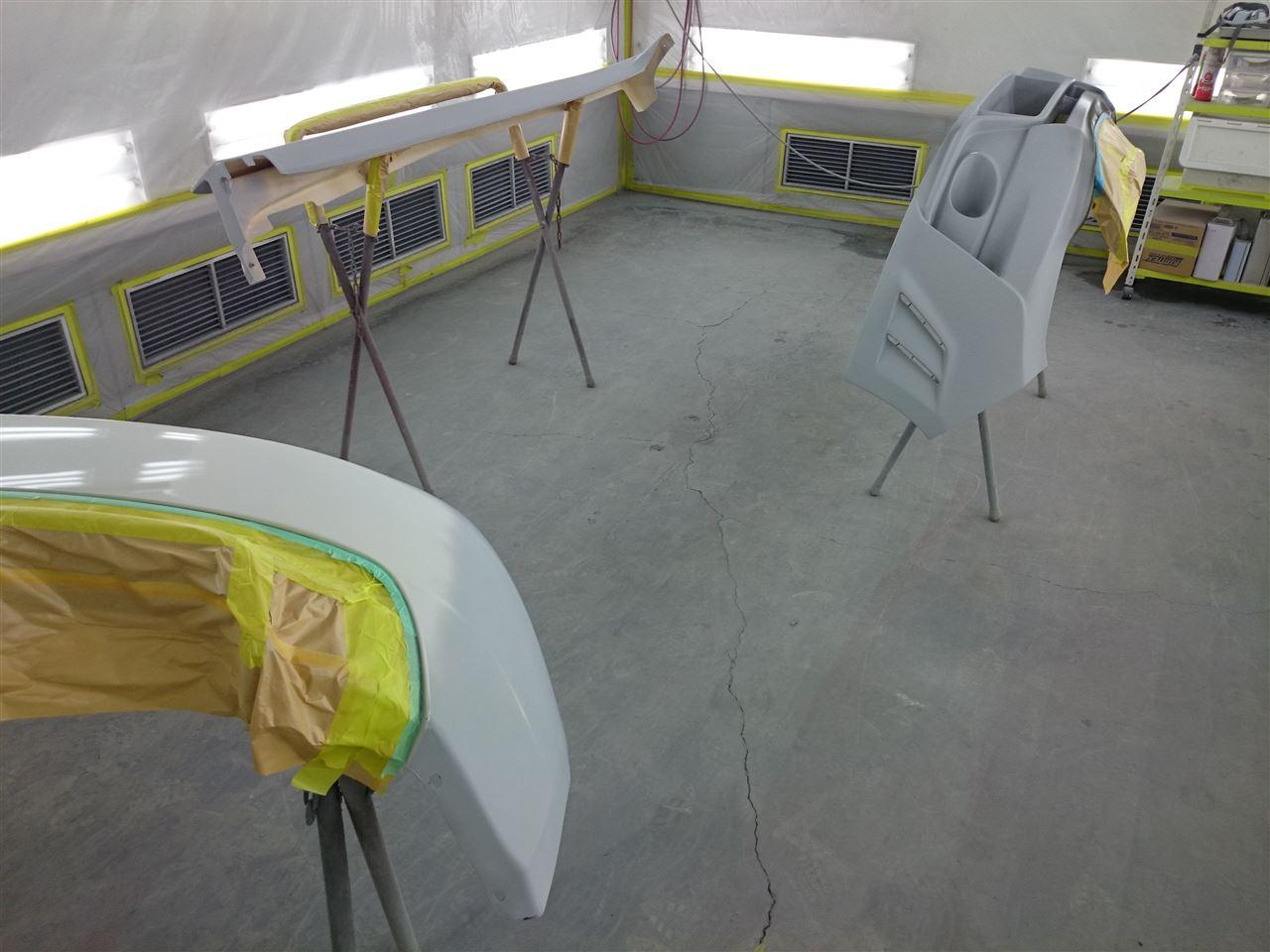 東京都立川市の車の板金塗装修理工場 ガレージローライドのスバル インプレッサのエアロパーツ塗装 取り付けです。