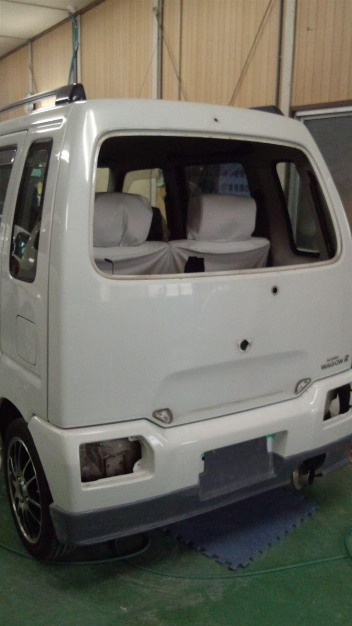 東京都立川市の車の板金塗装修理工場 ガレージローライドのスズキ ワゴンRのリヤまわりのキズ へこみ の板金 修理 塗装 です。