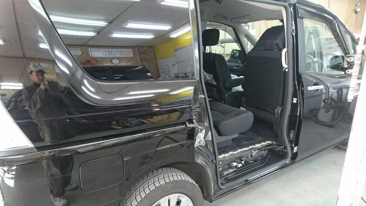 立川市の車の板金塗装修理工場 ガレージローライドの日産 セレナの右側面のキズ へこみ の板金 修理 塗装 です。