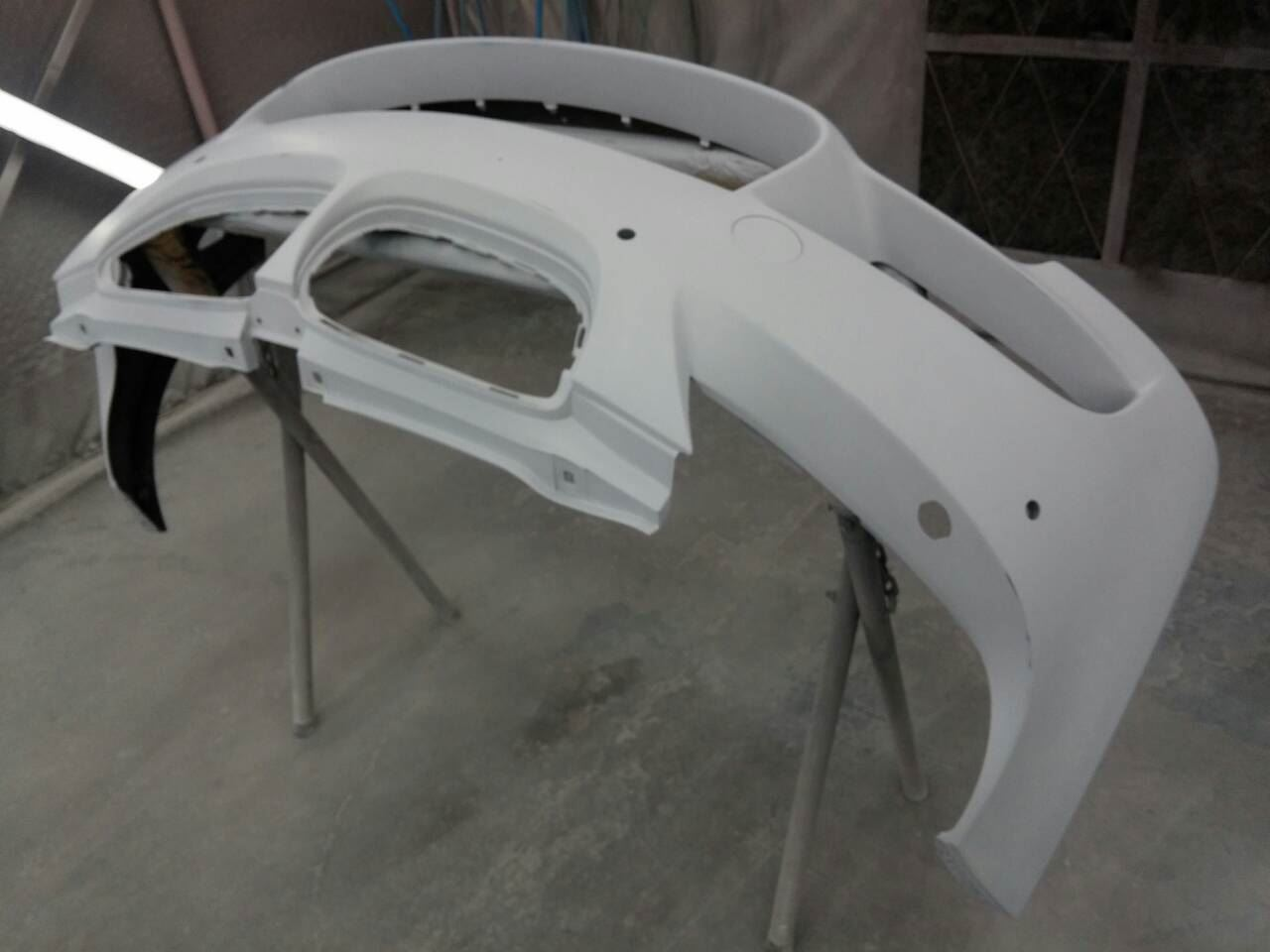 東京都立川市の車の板金塗装修理工場 ガレージローライドのBMW M3の前まわりのキズ へこみ の板金 修理 塗装 です。