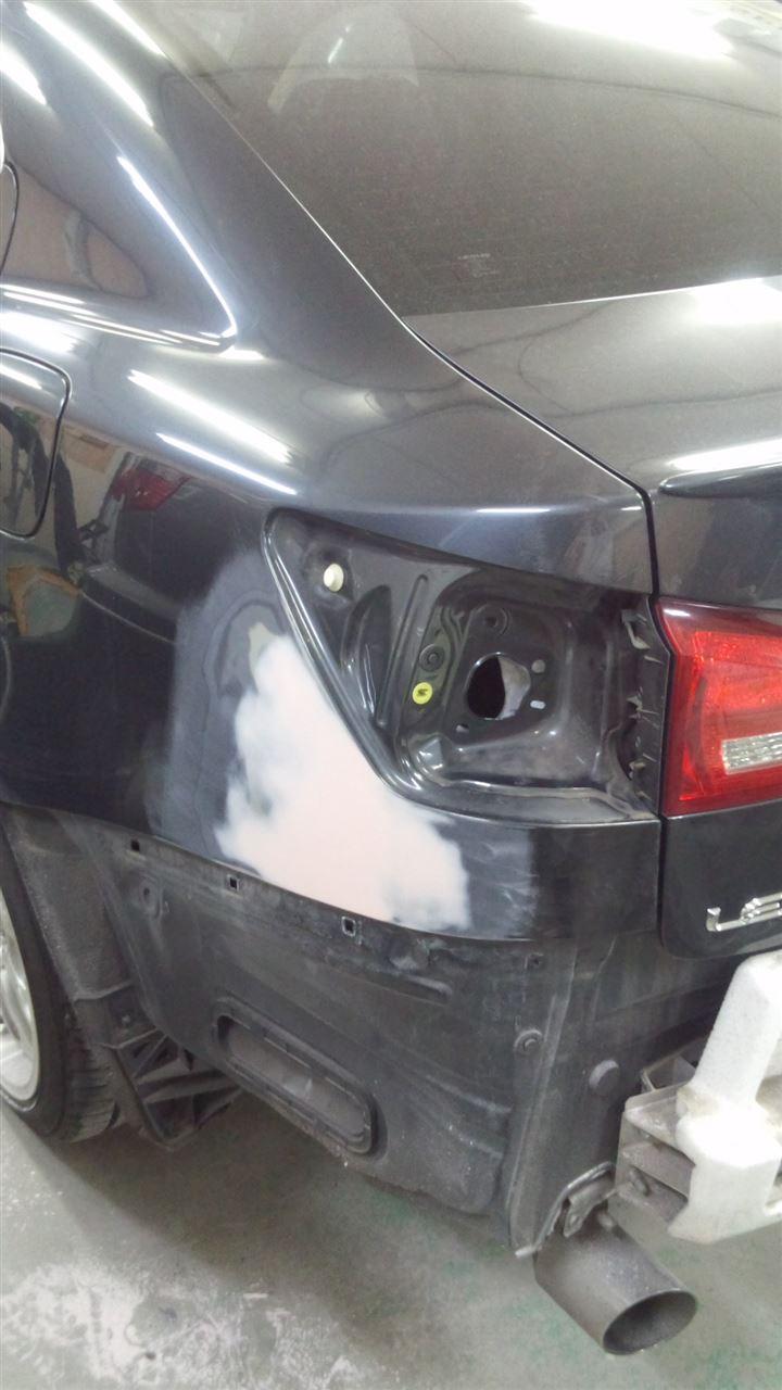 東京都立川市の車の板金塗装修理工場 ガレージローライドのトヨタ レクサスIS250の左リヤ部のキズ へこみ の板金 修理 塗装 です。