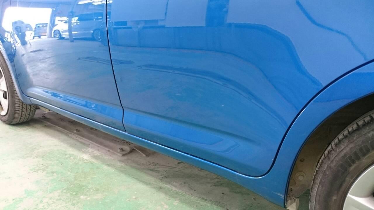 東京都立川市の車の板金塗装修理工場 ガレージローライドのトヨタ ラクティスの左フロントドア・スライドドア・リヤフェンダーのキズ へこみ の板金 修理 塗装 です。