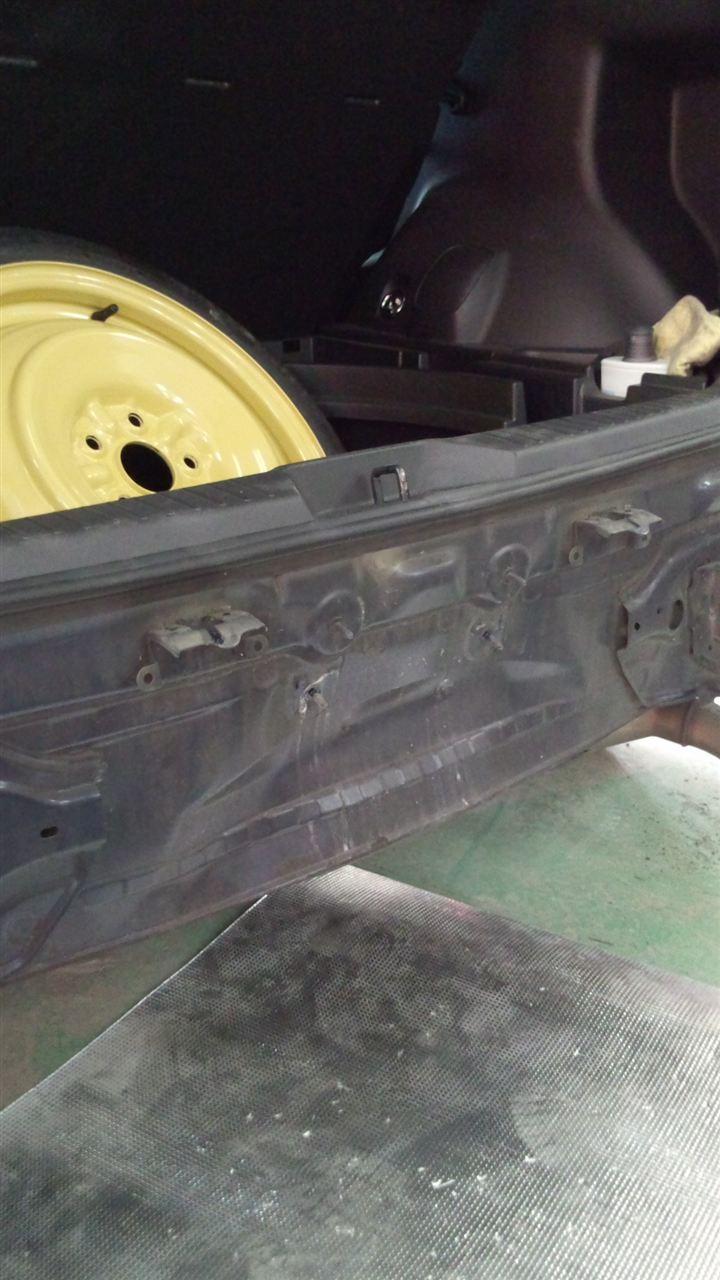 東京都立川市の車の板金塗装修理工場 ガレージローライドのトヨタ カローラ ルミオンのリヤまわりのキズ へこみ の板金 修理 塗装 です。