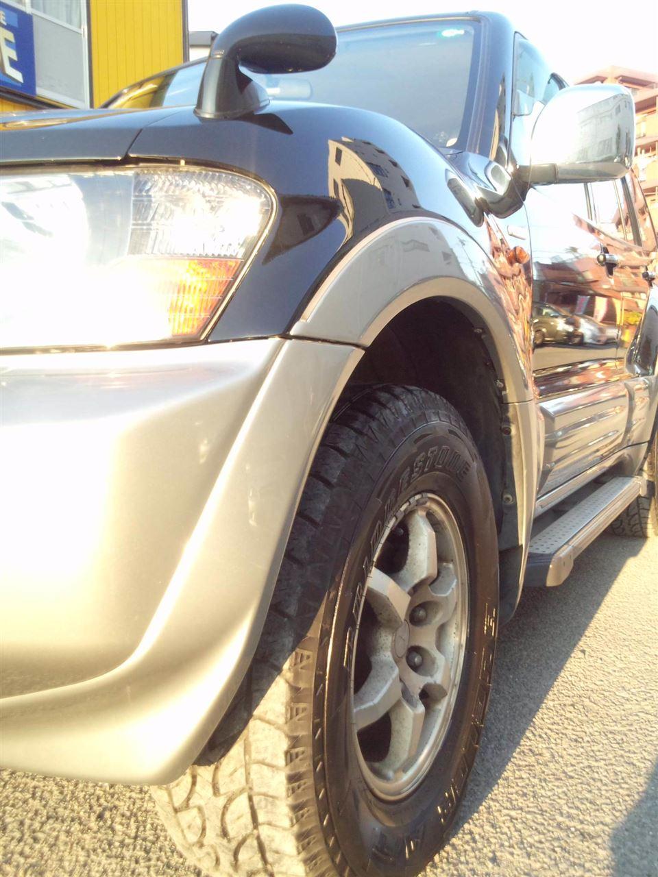 東京都立川市の車の板金塗装修理工場 ガレージローライドの三菱 パジェロの左前部のキズ へこみ の板金 修理 塗装 です。