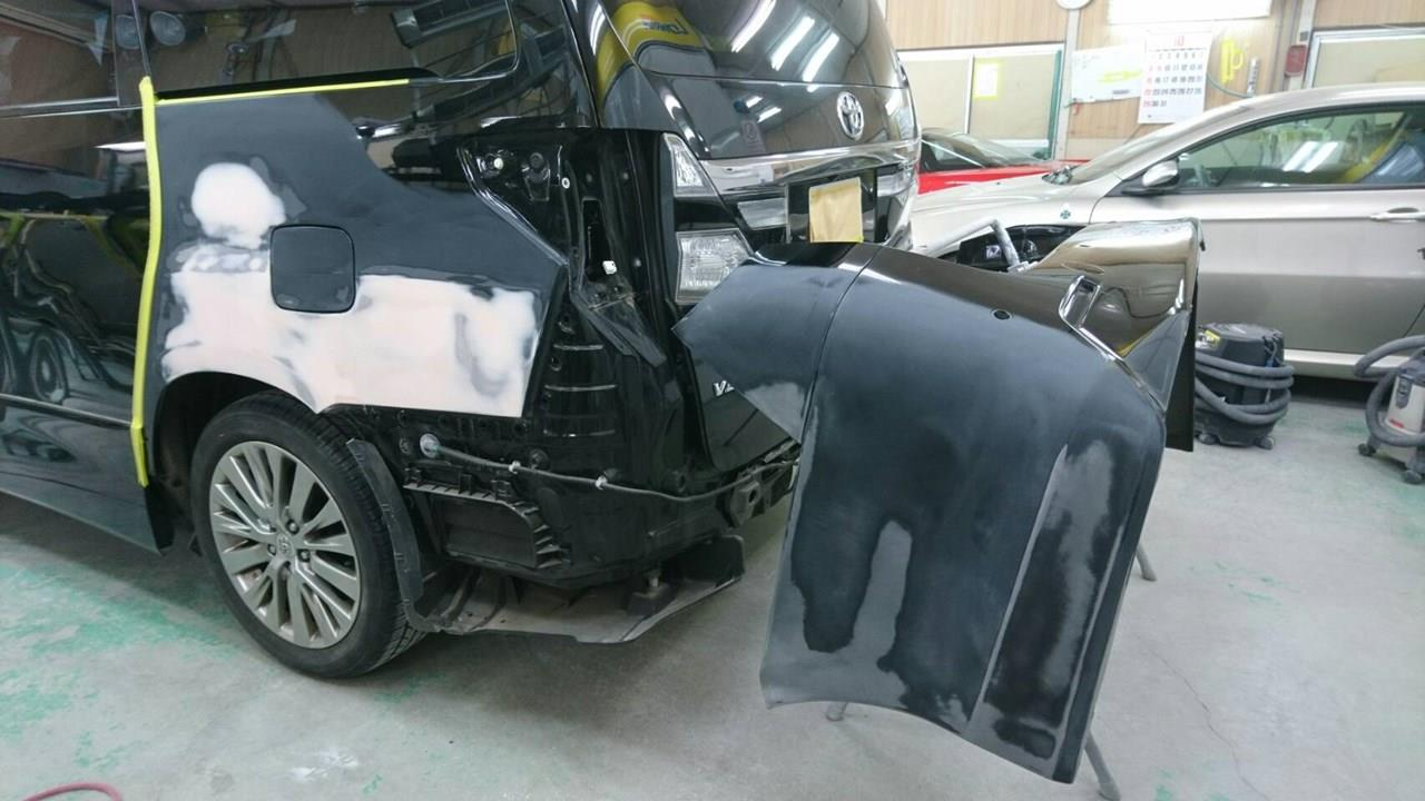 立川市の車の板金塗装修理工場 ガレージローライドのトヨタ ヴェルファイアのリヤバンパ・左リヤフェンダのキズ へこみ の板金 修理 塗装 です。