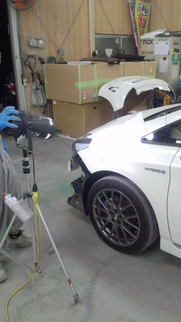 東京都立川市の車の板金塗装修理工場 ガレージローライドのトヨタ プリウスの前後バンパーの修理 塗装 です。