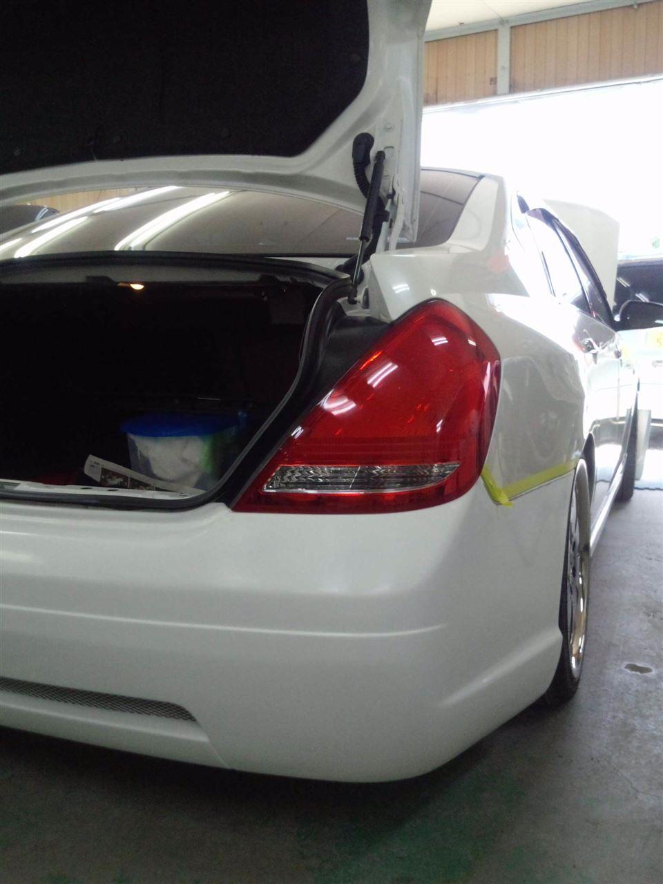 東京都立川市の車の板金塗装修理工場 ガレージローライドの日産 ティアナのエアロパーツ塗装 取り付け です。