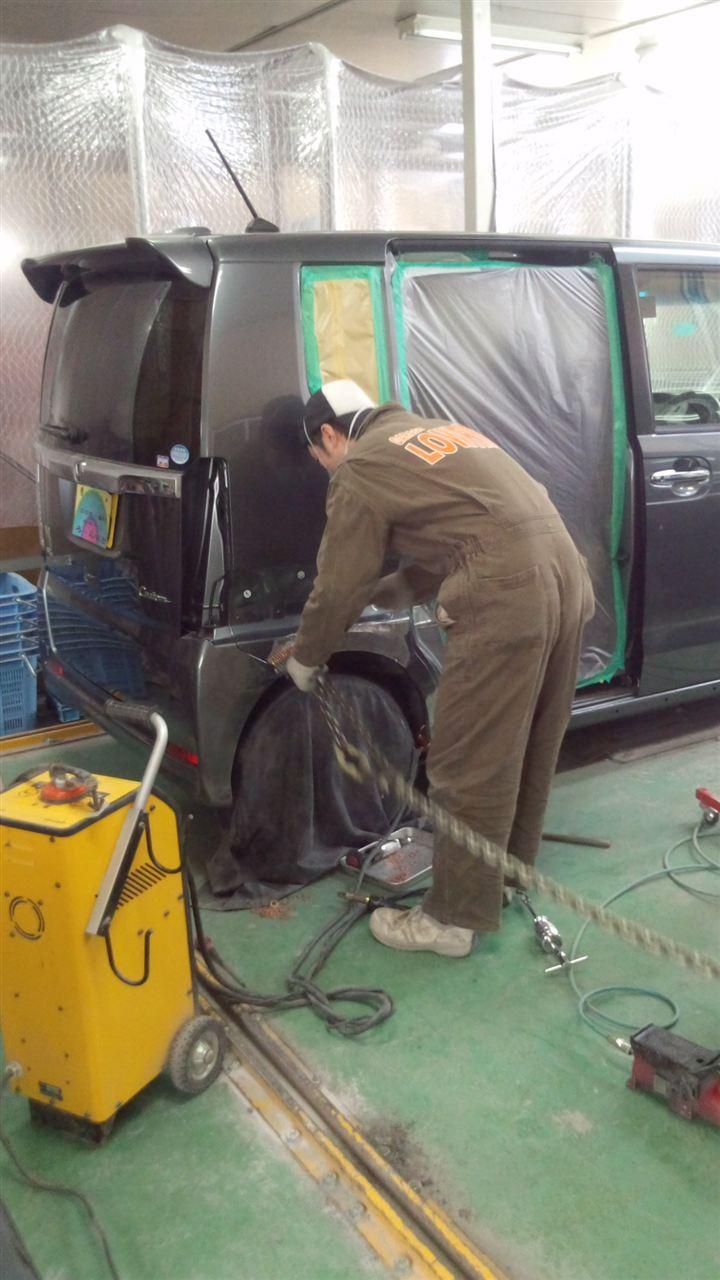 東京都立川市の車の板金塗装修理工場 ガレージローライドのホンダ N-Boxの右側面のキズ へこみ の板金 修理 塗装 です。