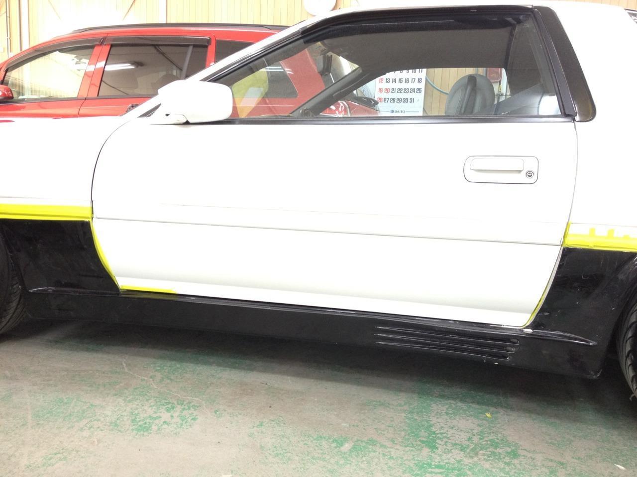東京都立川市の車の板金塗装修理工場 ガレージローライドのトヨタ スープラのエアロパーツ塗装 取付です。