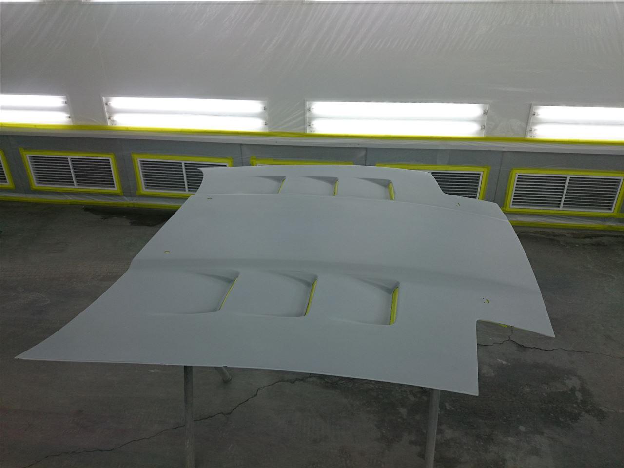 東京都立川市の車の板金塗装修理工場 ガレージローライドのトヨタ スープラのボンネットの色違い等の修理 塗装 です。