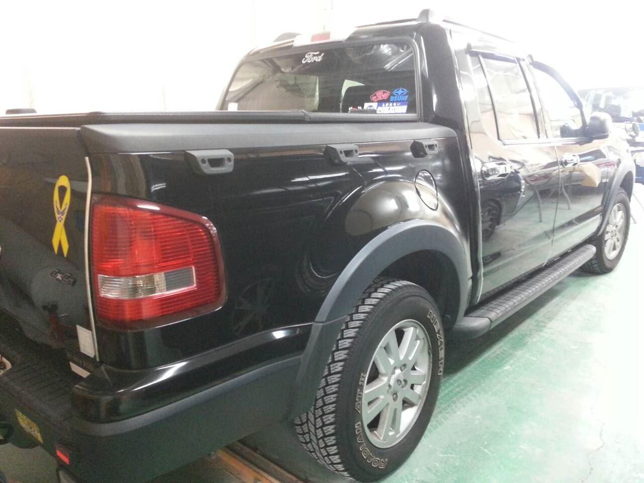東京都立川市の車の板金塗装修理工場 ガレージローライドのフォード エクスプローラー スポーツトラックの右側面のキズ へこみ の板金 修理 塗装 です。