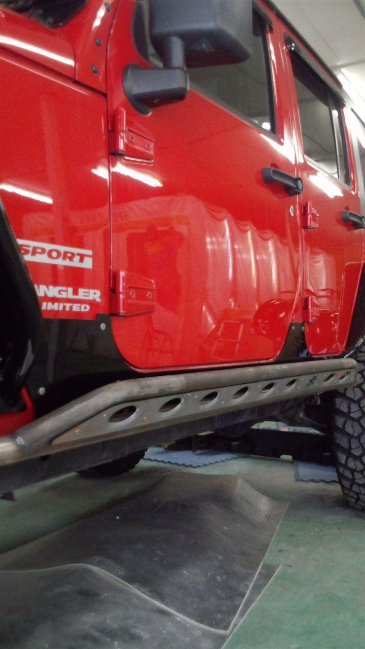 東京都立川市の車の板金塗装修理工場 ガレージローライドのジープ ラングラーのバンパー交換 サイドステップ交換  塗装 です