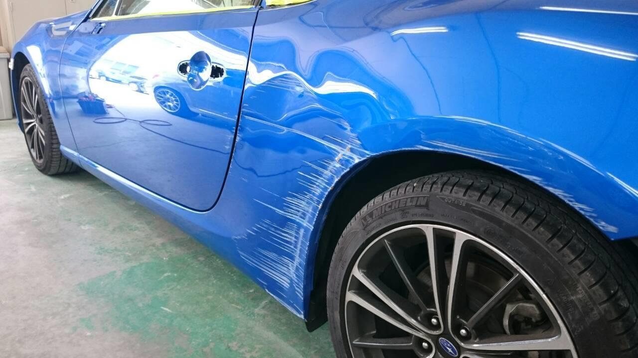 東京都立川市の車の板金塗装修理工場 ガレージローライドのスバル BRZの左ドア、リヤフェンダーのキズ へこみ の板金 修理 塗装 です。