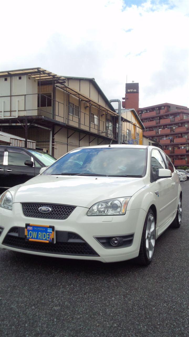 東京都立川市の車の板金塗装修理工場 ガレージローライドのフォード フォーカスのフロントバンパーのキズ へこみ の板金 修理 塗装 です。
