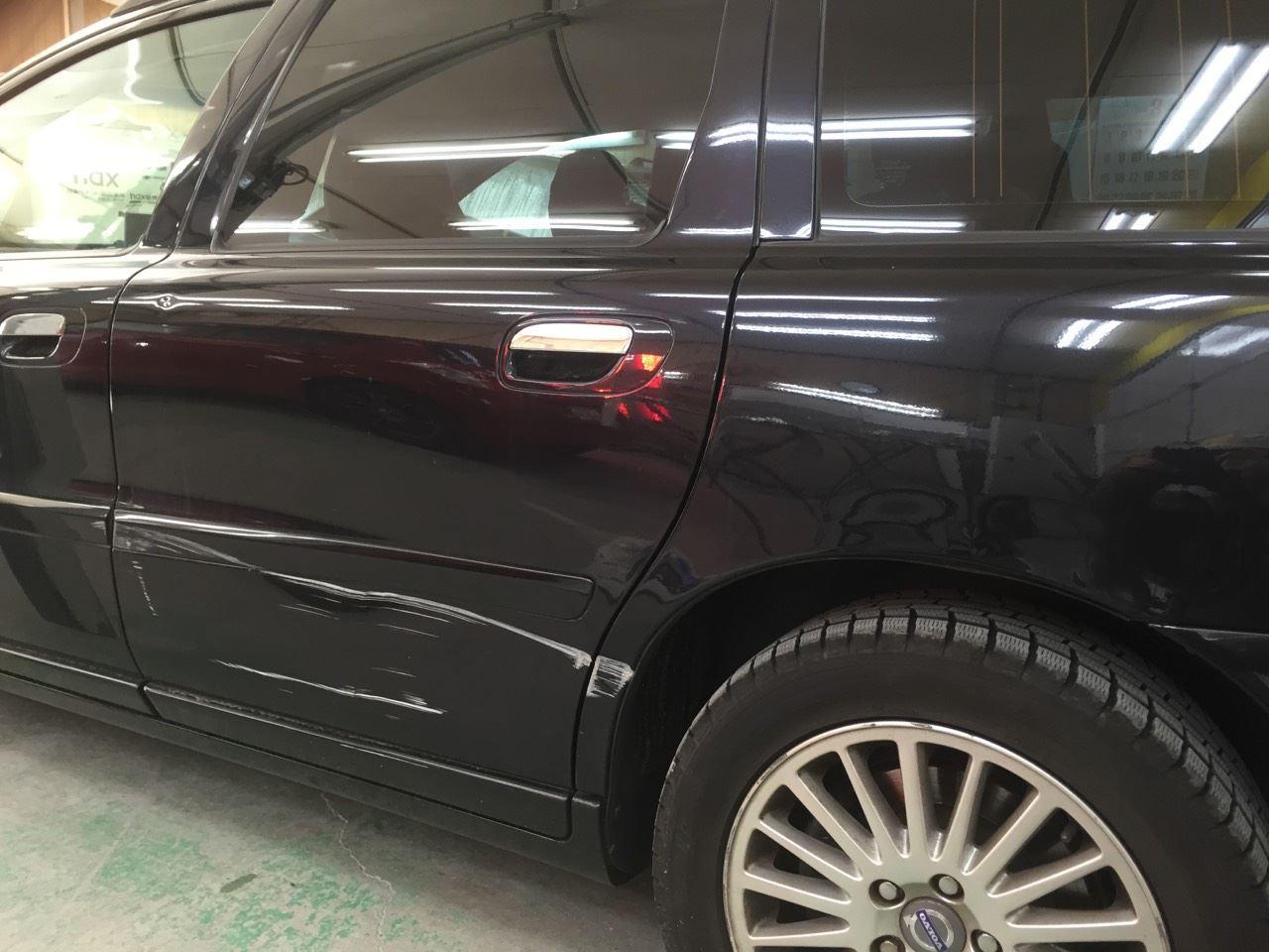 東京都立川市の車の板金塗装修理工場 ガレージローライドのボルボ V70の左側面のキズ へこみ の板金 修理 塗装 です。