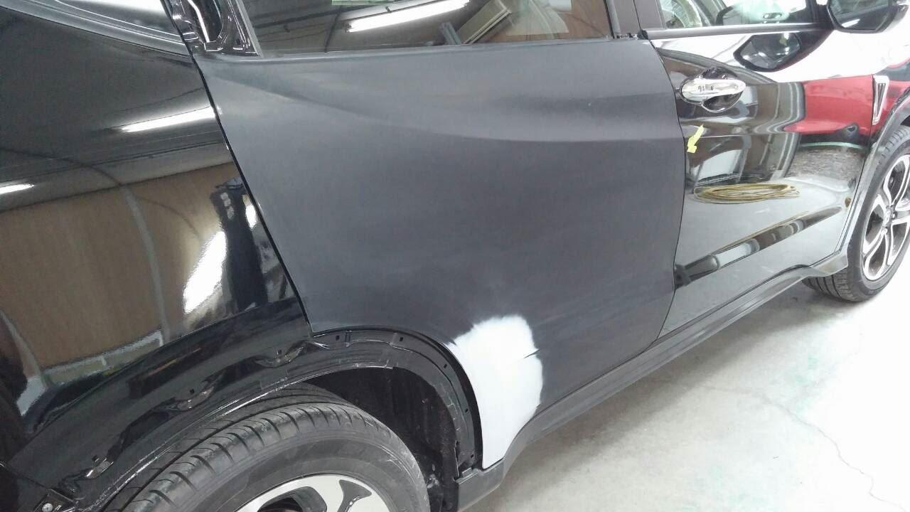 東京都立川市の車の板金塗装修理工場 ガレージローライドのホンダ ヴェゼルの右側面のキズ へこみ の板金 修理 塗装 です。