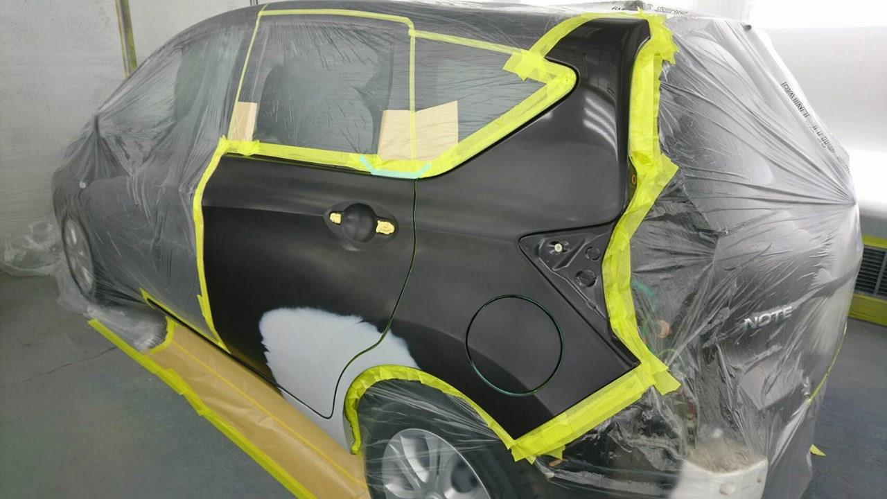 立川市の車の板金塗装修理工場 ガレージローライドの日産 ノートのリヤドア・リヤフェンダのキズ へこみ の板金 修理 塗装 です。