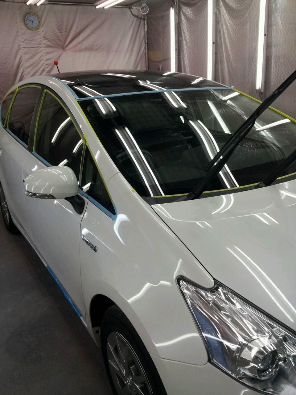 東京都立川市の車の板金塗装修理工場 ガレージローライドのトヨタ プリウスの新車のボディー磨き&ジーゾックスリアルガラスコート艶プラス です。