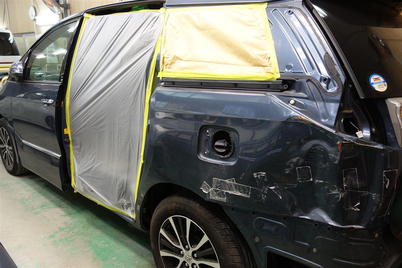 立川市の車の板金塗装修理工場 ガレージローライドのトヨタ エスティマのキズ へこみ の板金 修理 塗装 です。