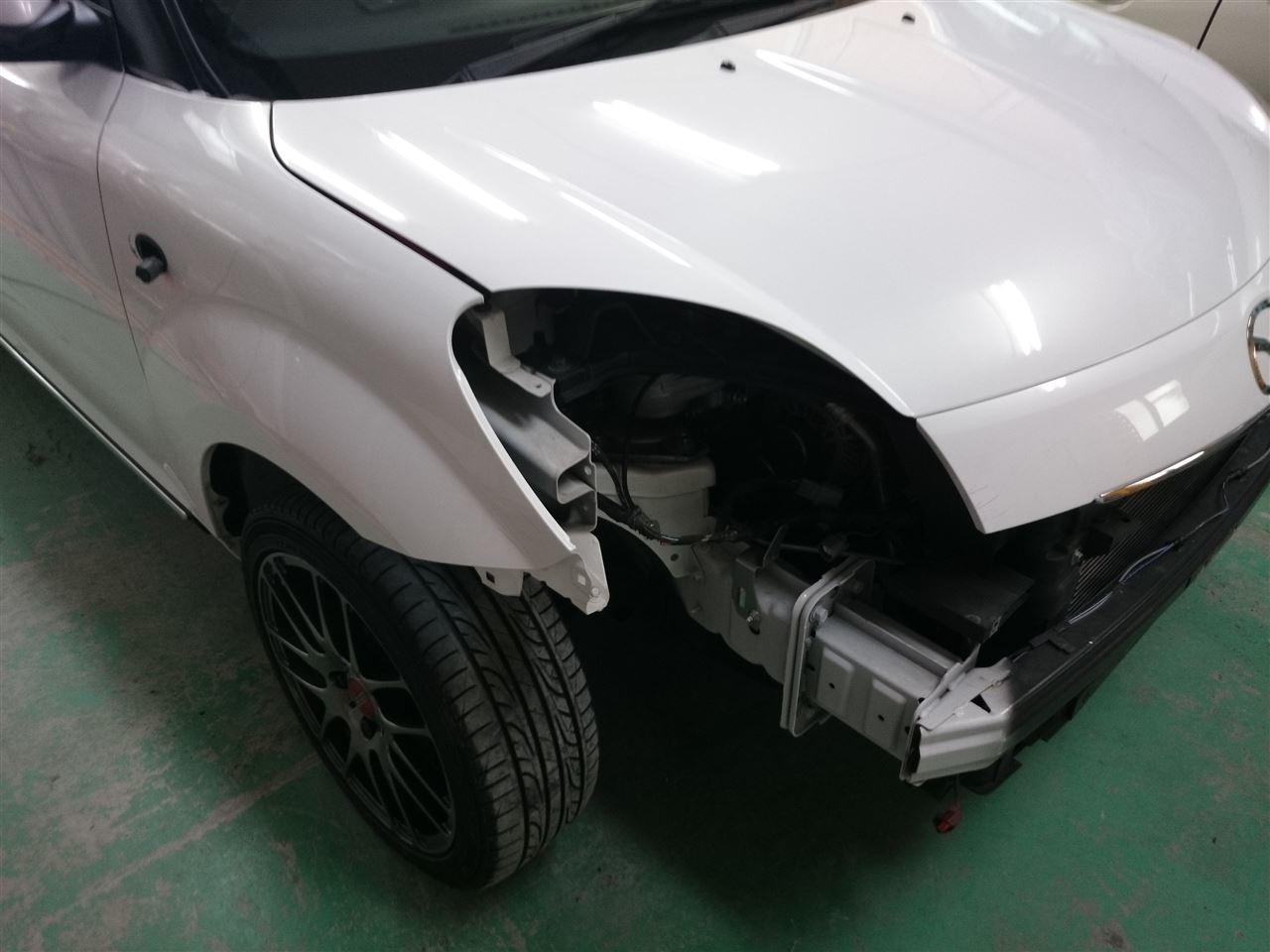 東京都立川市の車の板金塗装修理工場 ガレージローライドのマツダ ベリーサの右前部のキズ へこみ の板金 修理 塗装 です。