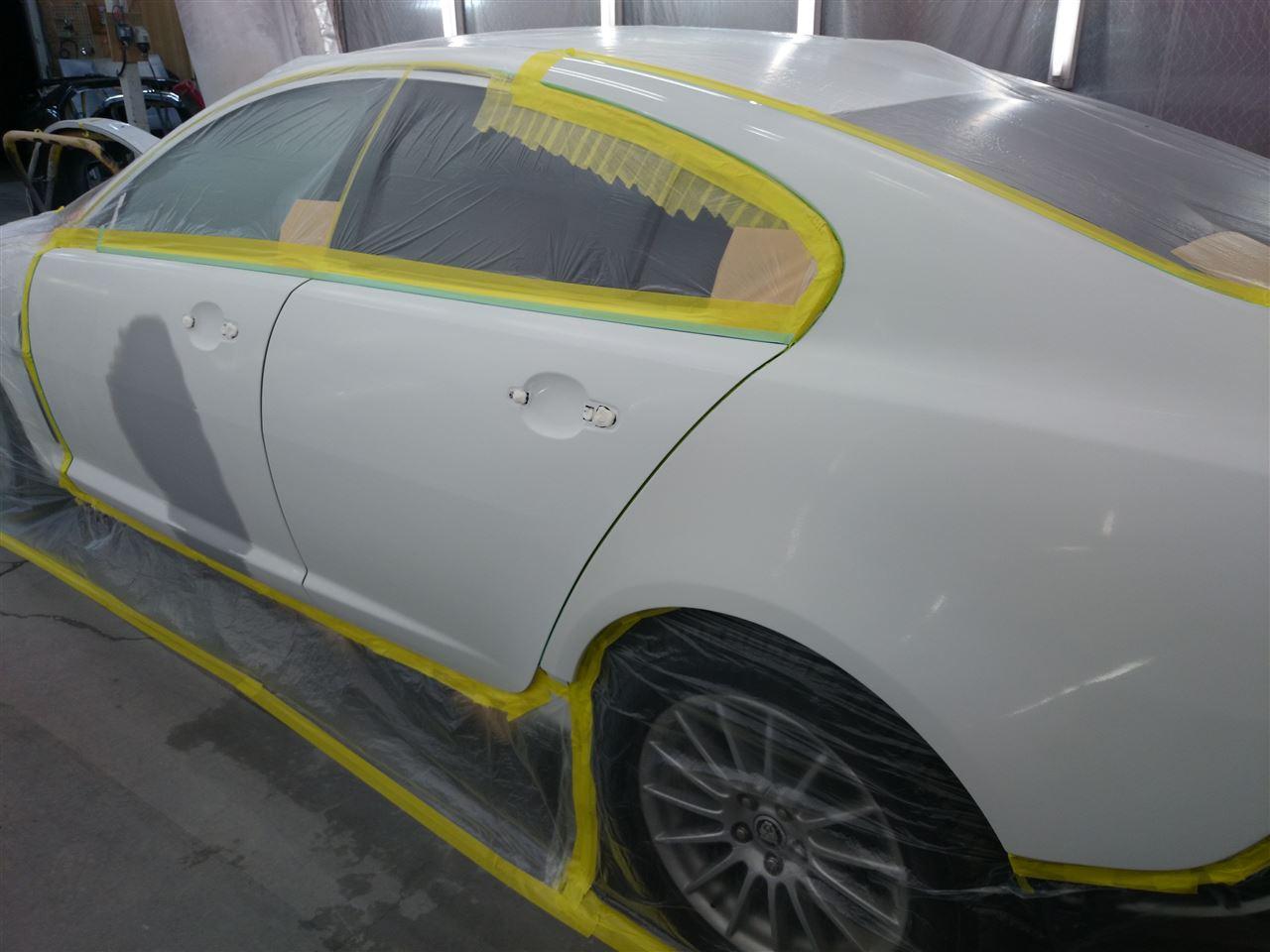東京都立川市の車の板金塗装修理工場 ガレージローライドのジャガー XFの左側面のキズ へこみ の板金 修理 塗装 です。