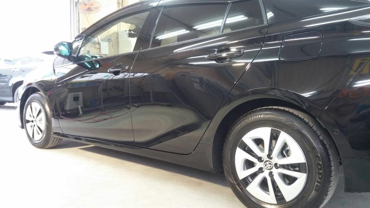 立川市の車の板金塗装修理工場 ガレージローライドのトヨタ プリウスの品者のボディ磨き&ガラスコーティング です。