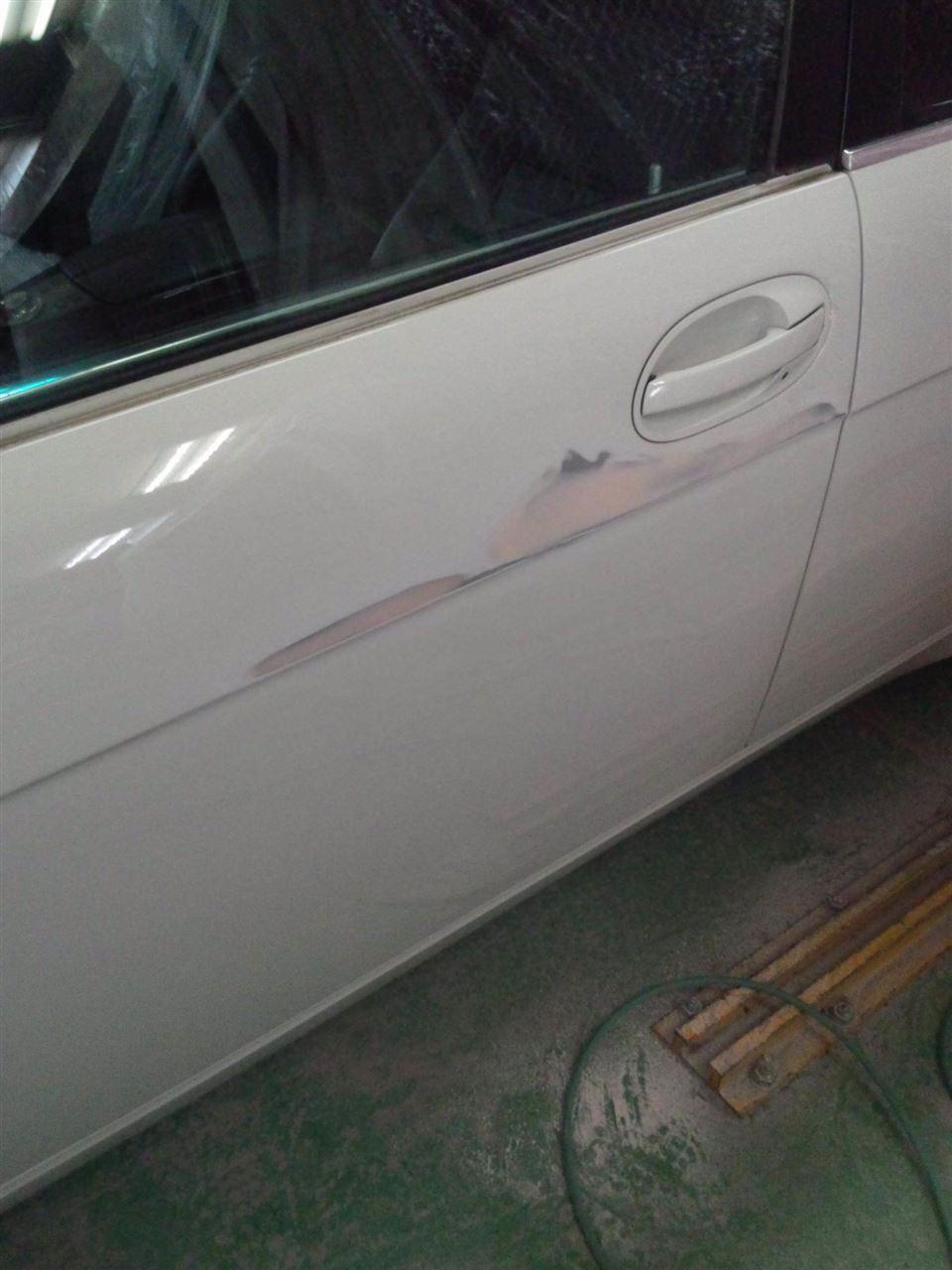 東京都立川市の車の板金塗装修理工場 ガレージローライドのBMW735i の両側面のキズ へこみ の板金 修理 塗装 です。