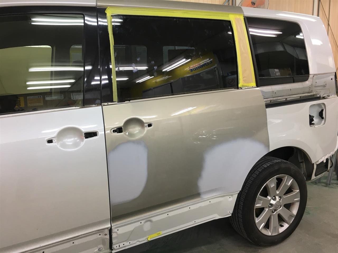 立川市の車の板金塗装修理工場 ガレージローライドの三菱 デリカの左フロントドア・スライドドアのキズ へこみ の板金 修理 塗装 です。