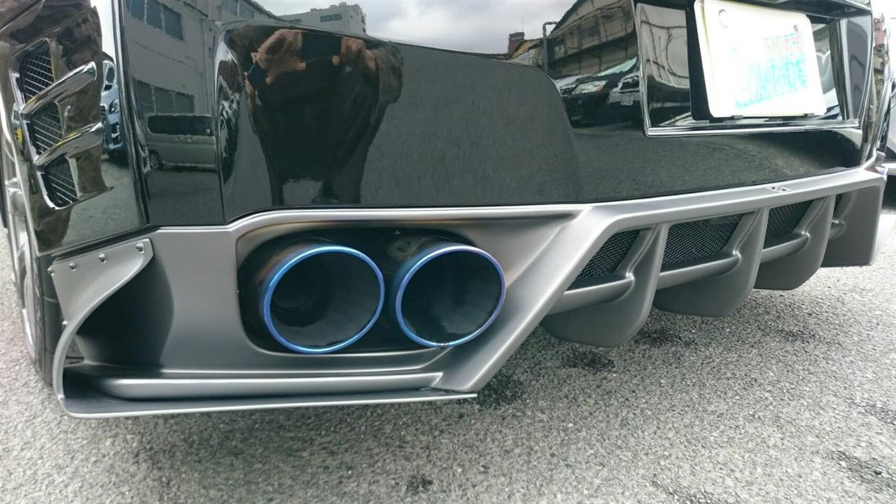 立川市の車の板金塗装修理工場 ガレージローライドの日産 GT-Rのエアロパーツ塗装 取り付け です。