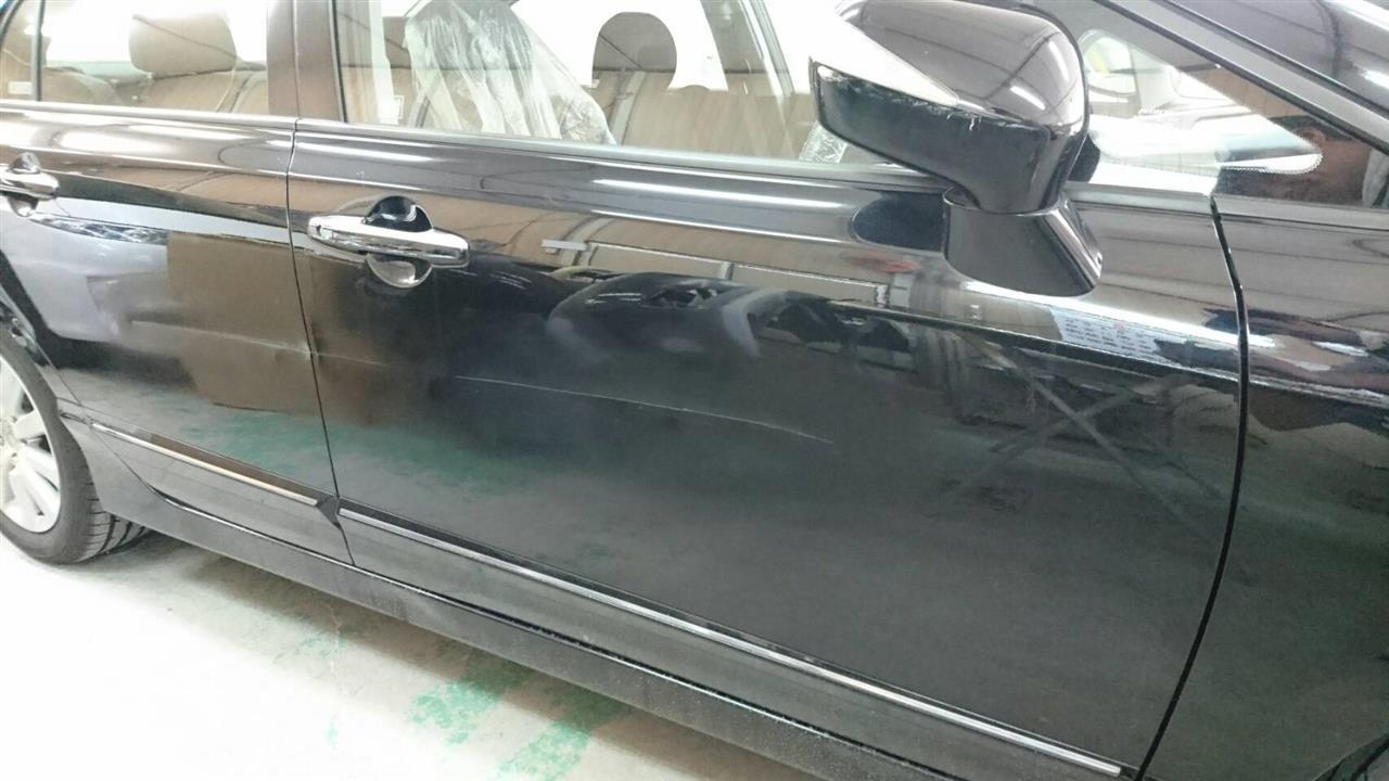 立川市の車の板金塗装修理工場 ガレージローライドのホンダ シビックの右前後ドアのキズ へこみ の板金 修理 塗装 です。
