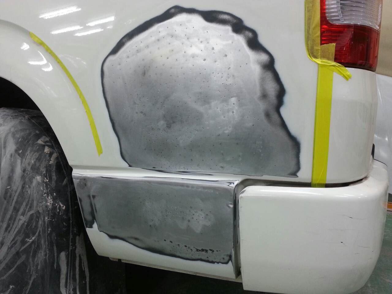 東京都立川市の車の板金塗装修理工場 ガレージローライドのトヨタ ハイエースの左リヤ部のキズ へこみ の板金 修理 塗装 です。