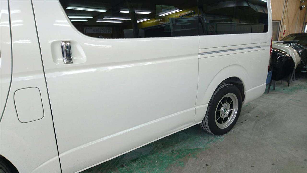立川市の車の板金塗装修理工場 ガレージローライドのトヨタ ハイエースの左スライドドア等のキズ へこみ の板金 修理 塗装 です。