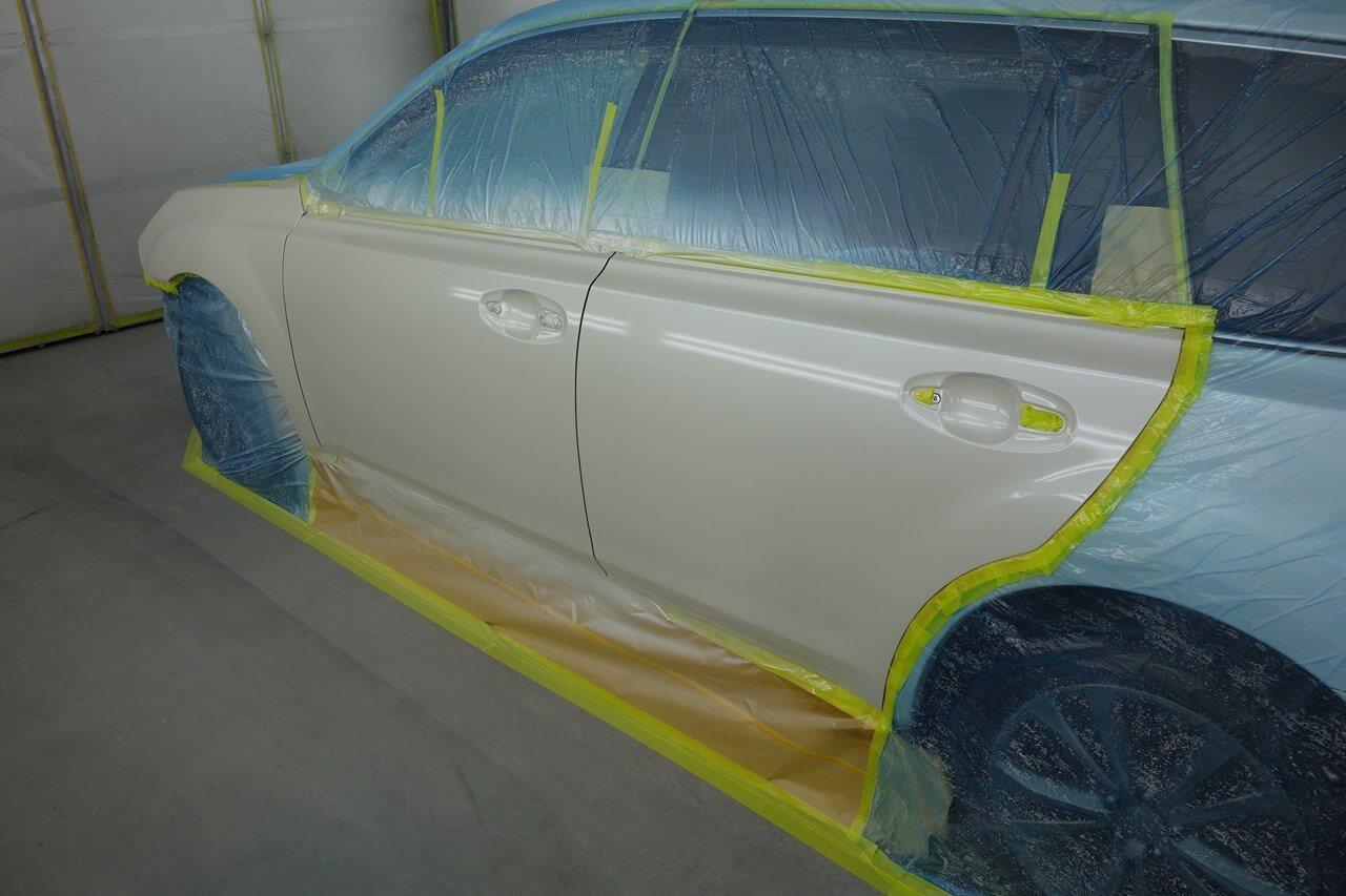 立川市の車の板金塗装修理工場 ガレージローライドのスバル レガシィのフロントバンパ・左フロントドア・左サイドステップのキズ へこみ の板金 修理 塗装 です。
