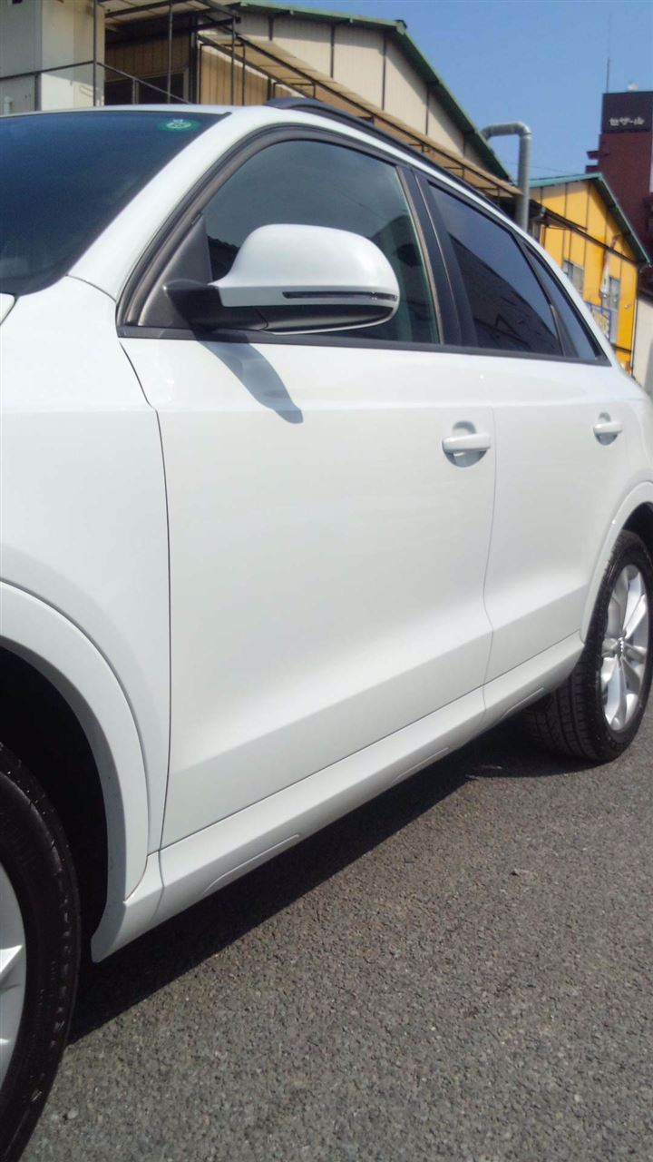 東京都立川市の車の板金塗装修理工場 ガレージローライドのアウディQ3の左側面のキズ へこみ の板金 修理 塗装 です。