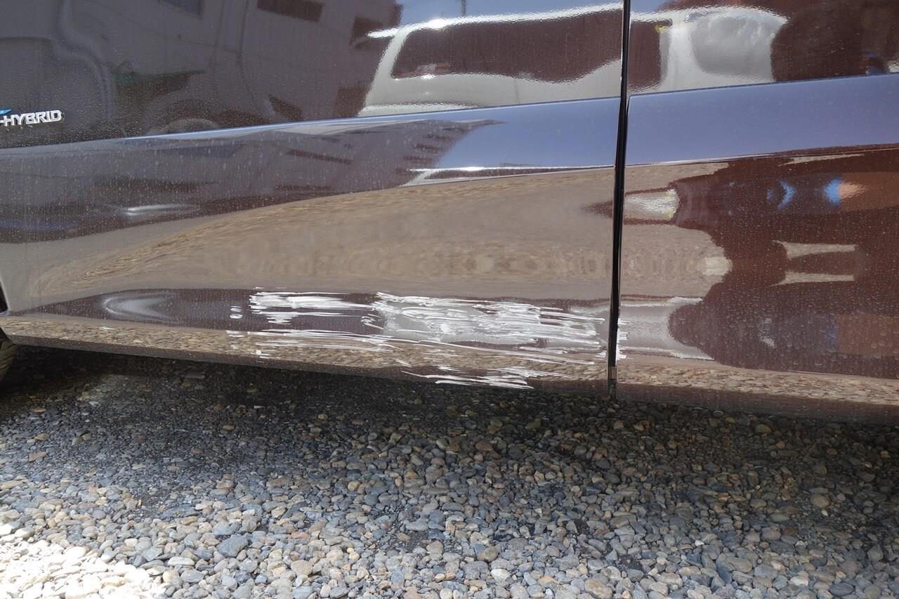 立川市の車の板金塗装修理工場 ガレージローライドの日産 セレナの左フロントドア等キズ へこみの板金 修理 塗装 です。