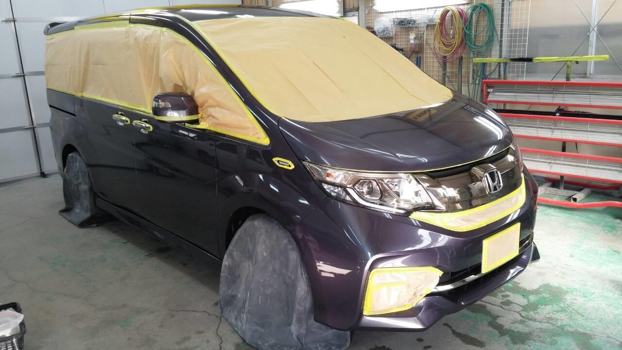 立川市の車の板金塗装修理工場 ガレージローライドのホンダ ステップワゴンの新車のボディー磨き&ジーゾックスリアルガラスコート艶プラス施工です。