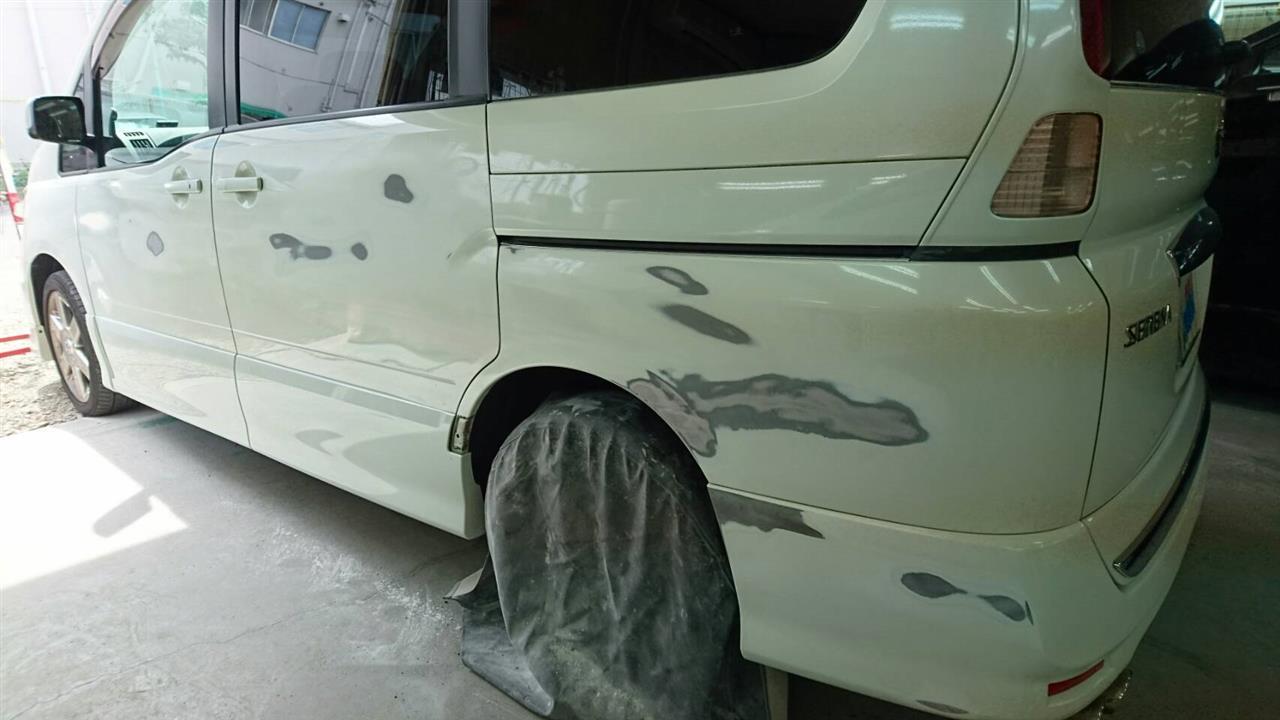 立川市の車の板金塗装修理工場 ガレージローライドの日産 セレナのいたずらキズ等の板金 修理 塗装 です。