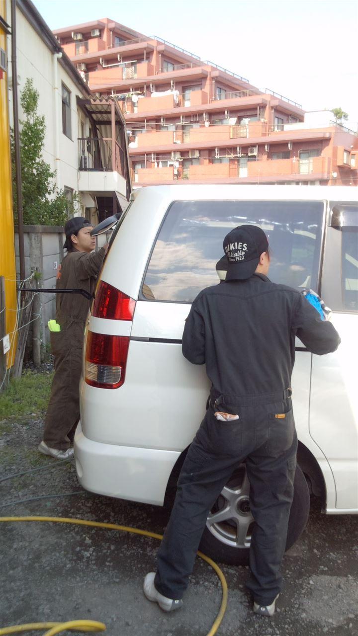 東京都立川市の車の板金塗装修理工場 ガレージローライドのトヨタ ノア のボディー磨き ガラスコーティング です。