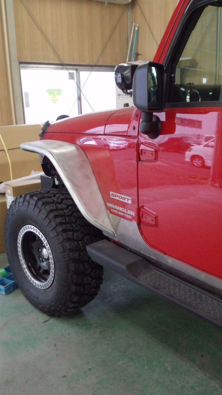 東京都立川市の車の板金塗装修理工場 ガレージローライドのジープ JK ラングラーのオーバーフェンダー 塗装 取り付けです。