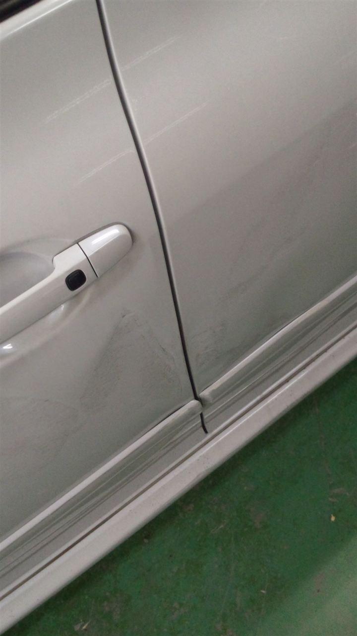 東京都立川市の車の板金塗装修理工場 ガレージローライドのトヨタ ブレイドの左前後ドアのキズ へこみ の板金 修理 塗装 です。