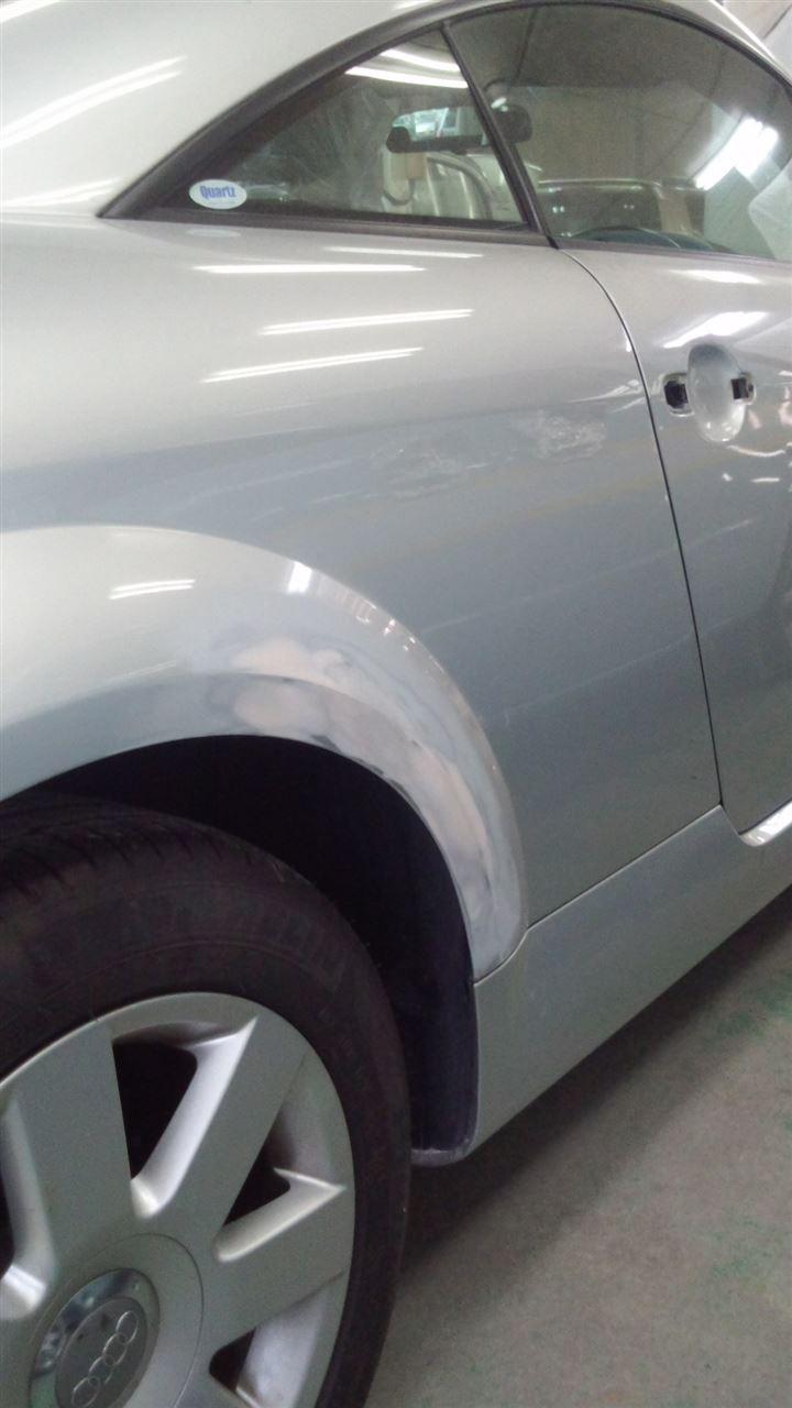 東京都立川市の車の板金塗装修理工場 ガレージローライドのアウディ TTの両側面のキズ へこみ の板金 修理 塗装 です。