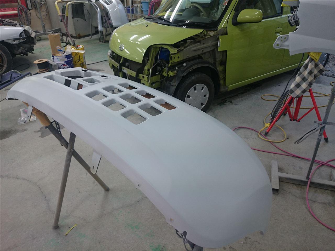 東京都立川市の車の板金塗装修理工場 ガレージローライドのダイハツ エッセの左前部のキズ へこみ の板金 修理 塗装 です。